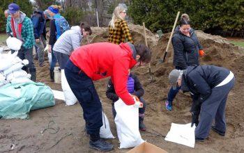 Des centaines de bénévoles ont aidé à remplir des sacs de sable à Gatineau pour protéger les résidences des inondations au printemps dernier. PHOTO : RADIO-CANADA / JEAN DELISLE